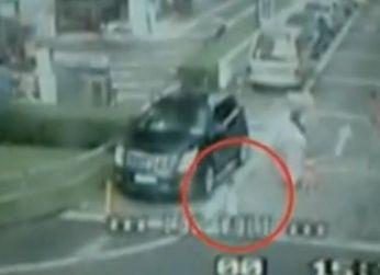 监控实拍小车出车库将女童碾轧致死