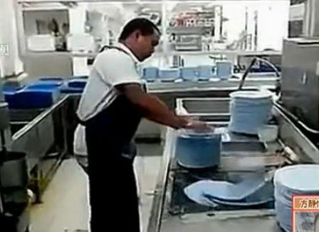 实拍逆天洗碗哥 10秒洗碗50只