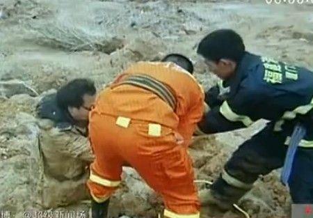 厦门男子跟着手机导航走 陷进泥潭满身泥浆