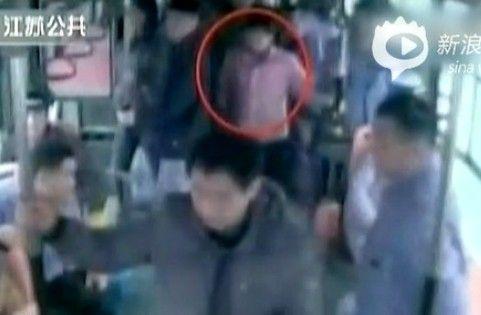 男子公交上被女子乱摸未制止 钱包被偷