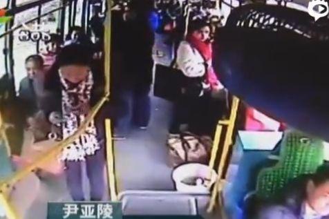 女子玩手机坐过站暴打公交司机