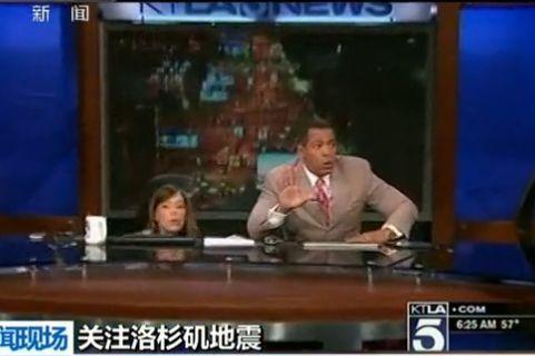 实拍新闻主播直播中遇地震 瞬间趴桌下避险