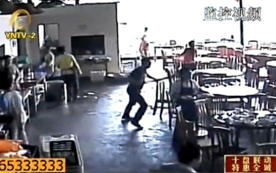 监拍多名男子持长刀冲进景区饭店砍人