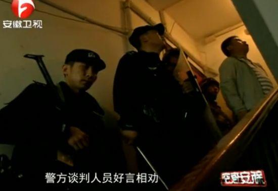 实拍男子持刀劫持人质 特警果断开枪救人