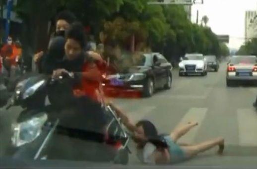 实拍女子遭抢包飞车党贴地拖行 路人惊呼