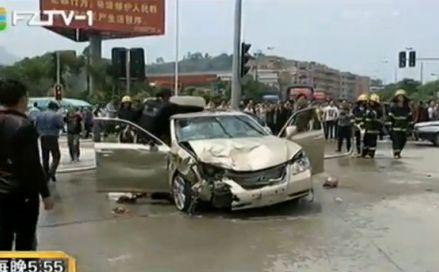 实拍福州男子撞多人 警方消防锤砸车将其制服