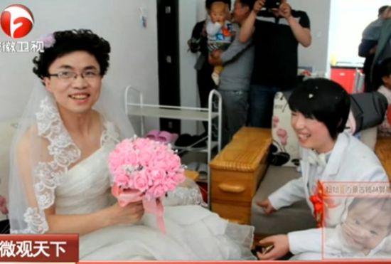 女孩为安慰父母穿男装迎娶穿婚纱新郎