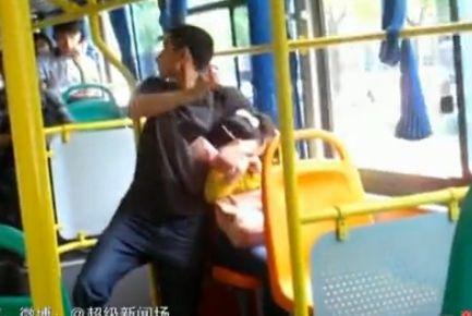 监拍小伙公交车上劫持女乘客 自称想坐牢