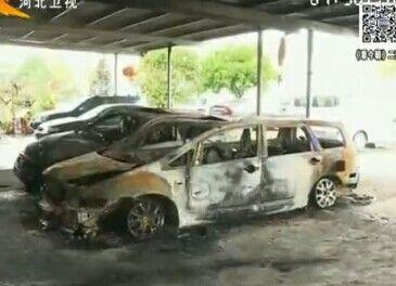 实拍厦门男子拎捅烧车 蓝色火焰从地上窜出