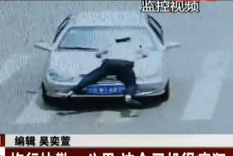 """司机开车拖行协勤一公里 称""""他骂我"""""""