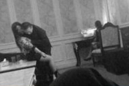 曝官员歌厅搂抱女子不雅照 回应称是同学