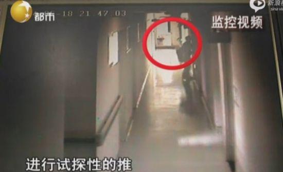 监拍男子穿女护士服医院行窃当场被擒