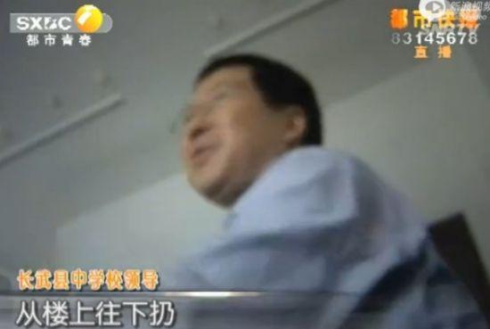 高三考生撕书减压被制止 围殴老师