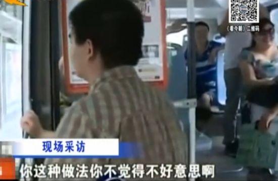 男子猥亵少女遭全车乘客痛斥 掩面不语