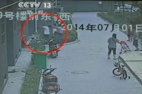 实拍女童8楼坠落 男子急扑上前徒手接住