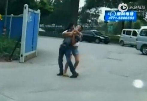 实拍女子持双刀劫持出轨丈夫被民警夺下
