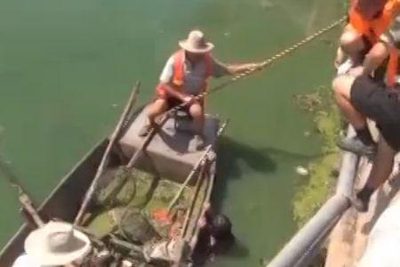 女子因纠纷跳河自杀水位太浅被困河中