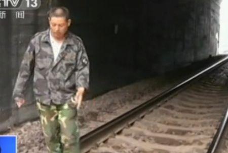 涞源铁路遭泥石流淹没 农民冒死拦火车