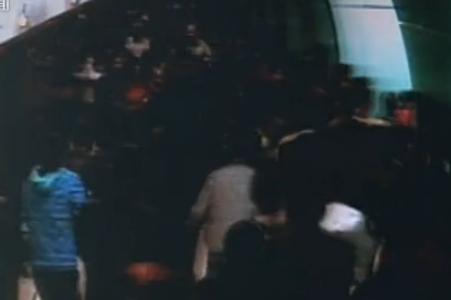 两男子地铁内玩防狼喷雾引发混乱获刑