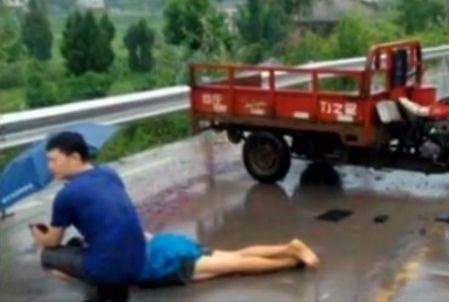 镇长罗彩超为车祸死者撑伞自己浑身被淋湿