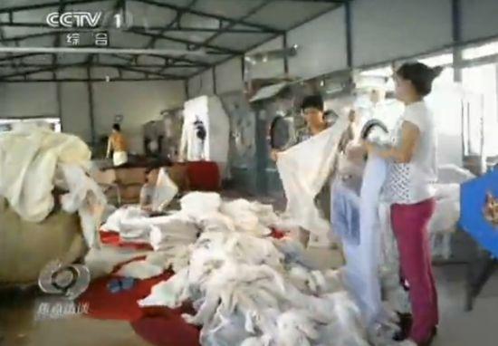 记者暗访黑洗衣厂 用强酸碱自配洗涤液