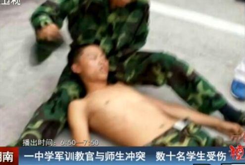 高中军训教官师生互殴 班主任为学生说情被打
