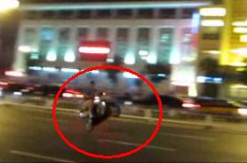 小伙摩托单轮飙车