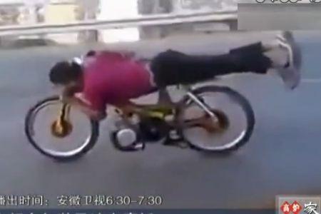 自行车加装马达变摩托 小伙骑上高速飙车