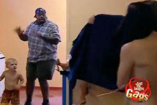 男子进错洗手间吓坏正在换衣的美女