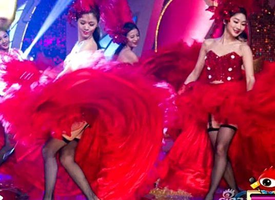 台湾女星黑丝吊带热舞 掀红裙狂露底