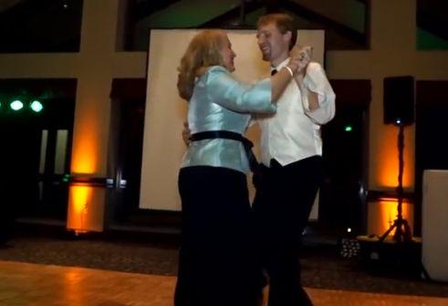 超有爱母子在婚礼上大秀萌趣舞蹈