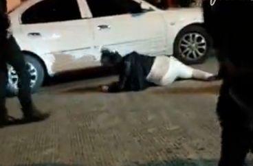 醉酒少妇躺大街耍酒疯衣衫不整